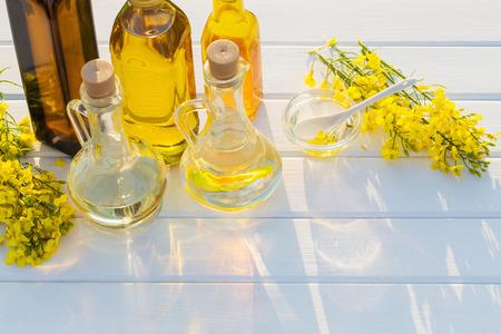 Rapsöl auf weißem Holztisch