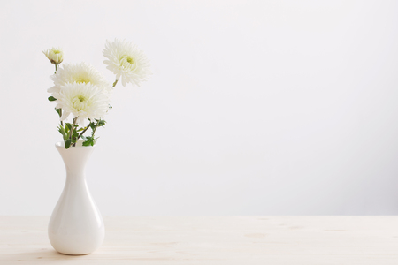 white chrysanthemum in white vase Stockfoto