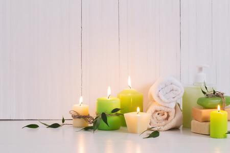 Hermosa composición de tratamiento de spa sobre fondo blanco.