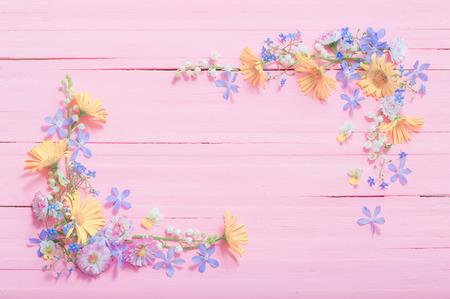 cadre de belles fleurs sur fond de bois rose