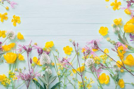 summer flowers on green wooden background Standard-Bild - 124556051