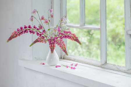 pink summer flowers in vase  on white old windowsill Standard-Bild - 124556059