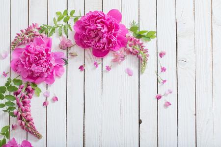 Hermosas flores de color rosa sobre fondo blanco de madera Foto de archivo