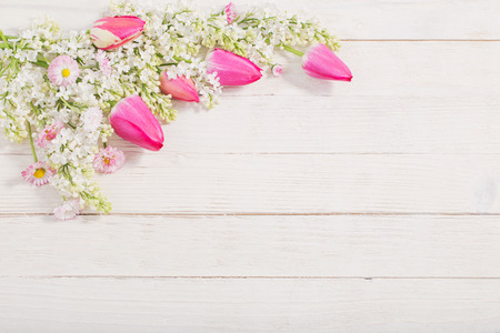 spring flowers on white wooden background Standard-Bild - 124556181