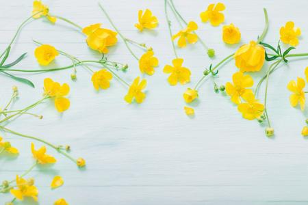 summer flowers on green wooden background Standard-Bild - 124556251