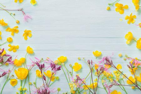 summer flowers on green wooden background Standard-Bild - 124556253