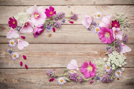 flores de verano sobre fondo de madera vieja
