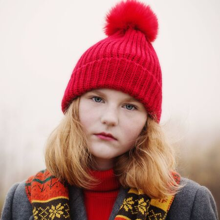 Chica adolescente rubia en campo de otoño Foto de archivo