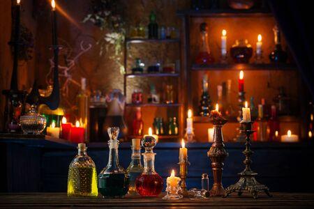 potions magiques en bouteilles sur fond de bois Banque d'images