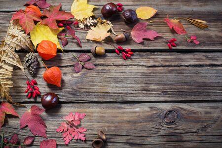 autumn leaves on darrk old wooden background Stockfoto