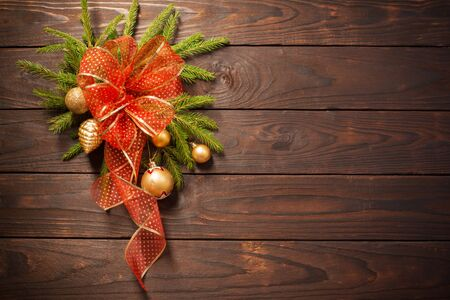 golden and red Christmas  decorations on dark wooden background Banque d'images - 134805278