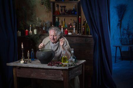 älterer Alchemistenmönch braut Zaubertrank