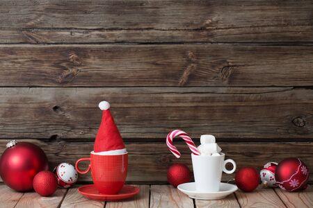 Decoración de Navidad en rojo y blanco sobre fondo de madera vieja