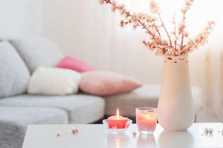spring pink flowers in vase in white interior Foto de archivo - 155425385