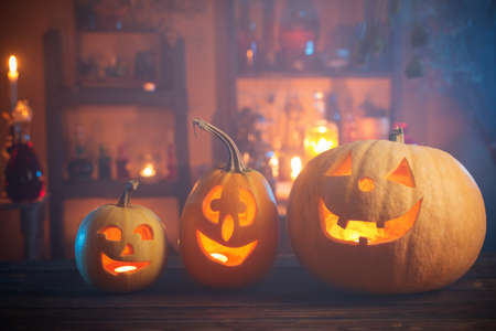 Halloween pumpkins with candles and magic potions at night indoor Foto de archivo - 155513502