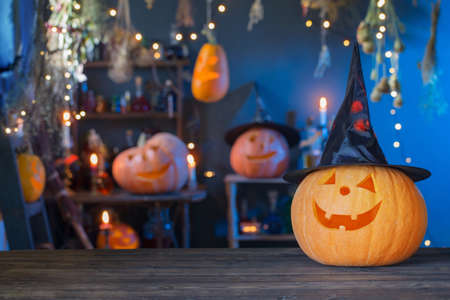 Halloween pumpkins on old wooden table on background Halloween decorations Foto de archivo - 155617835