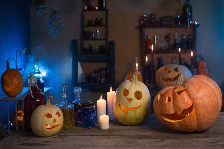 Halloween pumpkins and decoration indoor Foto de archivo - 155696478