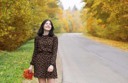 beautiful brunette girl in autumn park Foto de archivo - 157150770