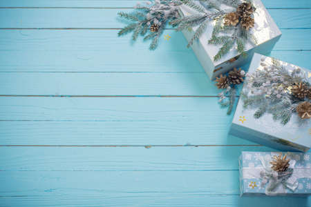 Christmas gifts with golden decorations on blue wooden background Foto de archivo - 157473434
