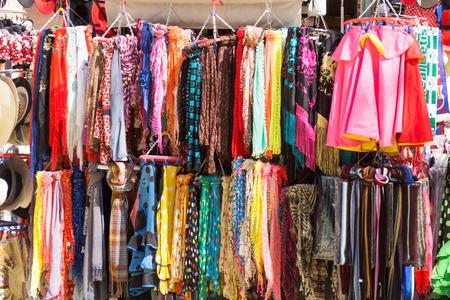 sciarpe: Bancarella del mercato con sciarpe e cappelli in Spagna