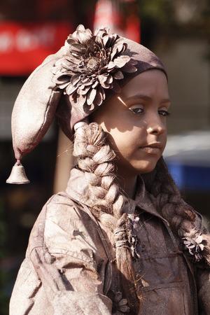 antiquary: ARNHEM; LOS PA�SES BAJOS 30 de septiembre 2012; Mujer joven que realiza como una estatua viviente en la Estatuas World Festival en Arnhem; que se celebra anualmente en Arnhem en Holanda