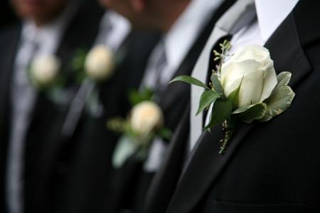 Boutonnieres auf schwarzem Anzüge der Männer