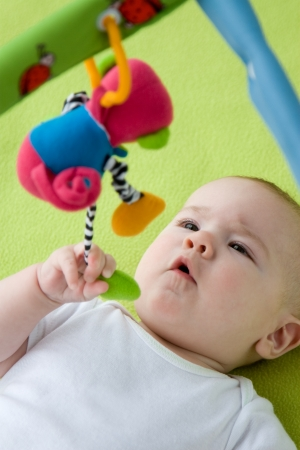 stimulate: Baby grabbing a hanging down toy