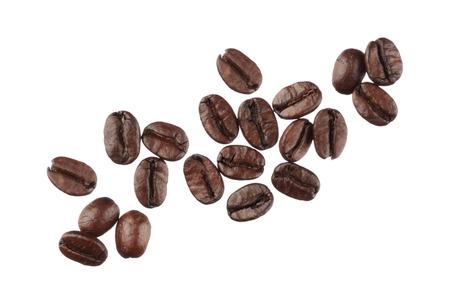 白い背景で隔離のコーヒー豆をクローズ アップ