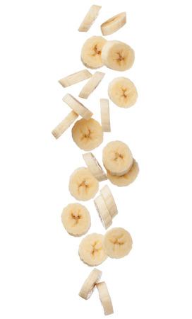 落ちてくるバナナのスライスは白い背景の分離をクローズ アップ