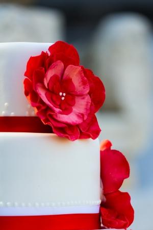 decoracion de pasteles: Pastel de boda con flores Foto de archivo
