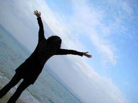mujeres orando: mujer en la playa presa