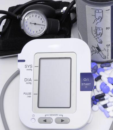 old technology:   Tecnologia di vecchia e nuova dispositivi pressione sanguigna e pillole