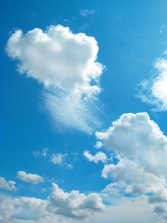 cumulus cloud: bianchi soffici nuvole nel cielo blu  Archivio Fotografico