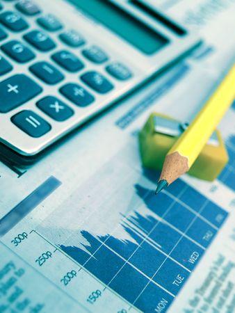 sacapuntas: Concepto de negocio-calculadora, Afilador, l�piz azul y peri�dico con estad�sticas  Foto de archivo
