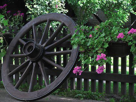 wildwest: vecchia ruota di legno di trasporto