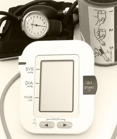 old technology: Tecnologia di dispositivi nuova e vecchia di pressione sanguigna