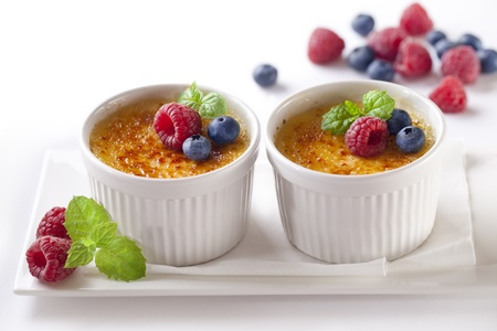 Creme brulee French vanilla cream dessert with caramelised sugar on top  版權商用圖片