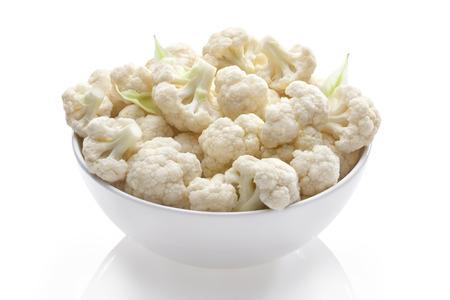 cauliflower in bowl on white isolated Reklamní fotografie