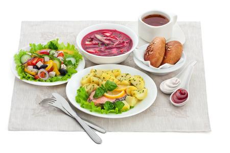 ensalada rusa: comidas tradicionales de la cena aislados
