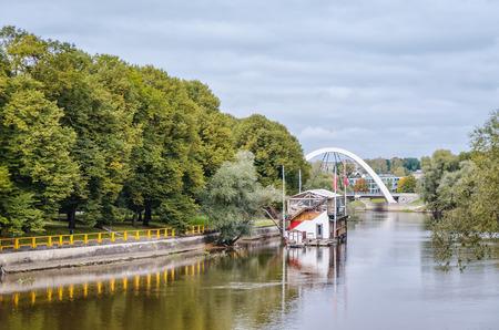 Bridge over river Emajogi in Tartu, Estonia. Stockfoto