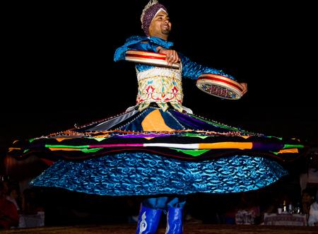 bailarinas arabes: DUBAI, UAE - 20 de abril de 2012: Un hombre que realiza danza popular tradicional en la noche Editorial