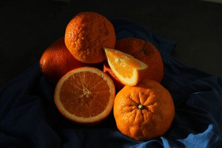 A lot of juicy oranges. Fruit texture close up. Fresh summer fruits on dark background with copy space. Banque d'images