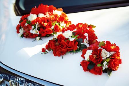 cérémonie mariage: Gros plan de l'image décoration de voiture de mariage avec des fleurs rouges et blanches bouquet