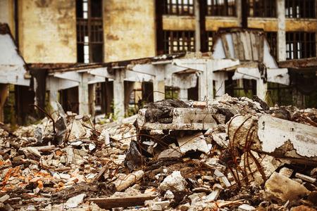 Een close-up beeld van een vuilnisbelt met verwoeste baksteen en houten planken. Concept van de ramp, de oorlog.