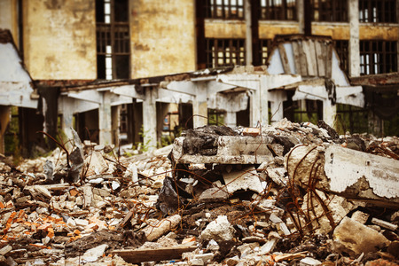 Một hình ảnh cận cảnh của một bãi rác với gạch đổ nát và các tấm ván gỗ. Khái niệm về thiên tai, chiến tranh. Kho ảnh