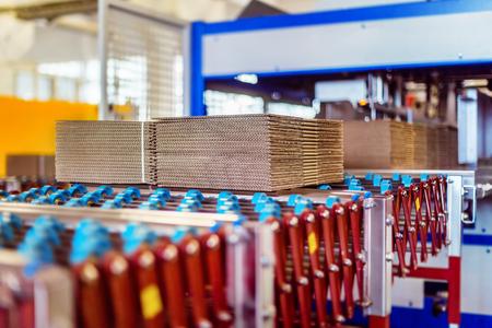 Zbliżenie obrazu kartonów na przenośniku taśmowym w magazynie dystrybucyjnym