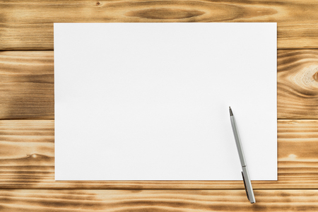 Mockup of white a4 paper list and pen at textured wooden table background. Banque d'images