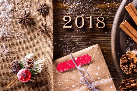 Макрофотография Новогоднее украшение, установленный на деревянный стол в качестве фона поздравительной открытки.