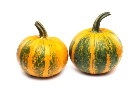 Dos calabazas anaranjadas y verdes con el camino de recortes aisladas en el fondo blanco.