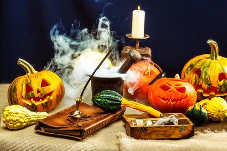 Halloween pumpkins decoration set with deep smoke around. Banque d'images